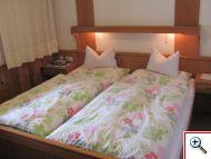 Schlafzimmer in der Ferienwohnung 11 im Haus Schöll in Tannheim
